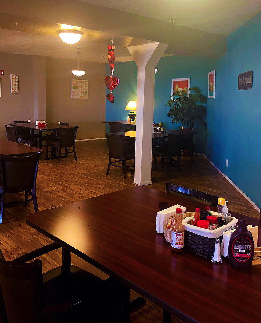 camino-retirement-assisted-living-albuquerque-front-recreation-dinig-room-tables